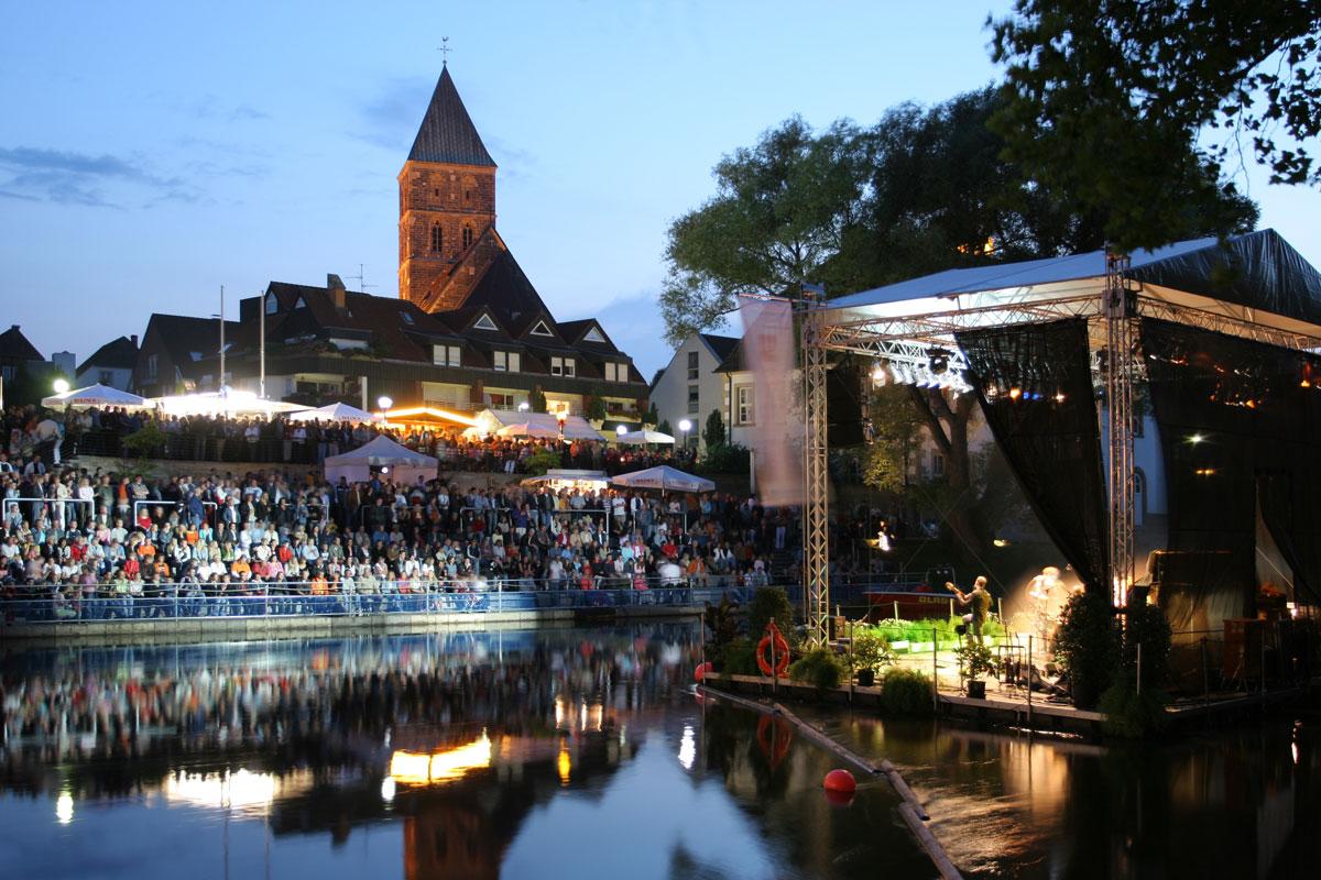 Die zahlreichen Zuschauer auf der Emstribüne und der Emsterrasse schauen sich das Konzert auf der schwimmenden Emsbühne an.